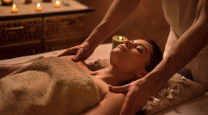 Massage des épaules d'une jeune femme