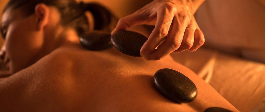Massage avec des pierres chaudes