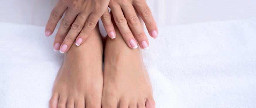 Soins des pieds et des mains sur une serviette